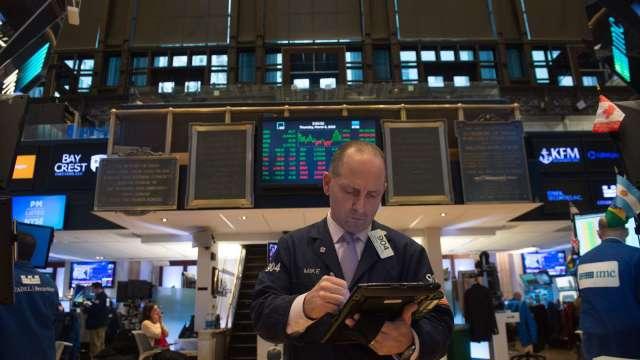 〈美股早盤〉美股開盤震盪後走跌 道瓊挫逾百點、那指跌逾1% (圖:AFP)