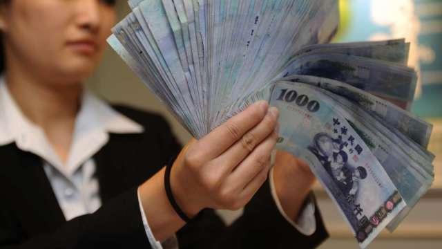 央行激戰外資 台幣升5.1分收28.825元 續創9年3個月新高。(圖:AFP)