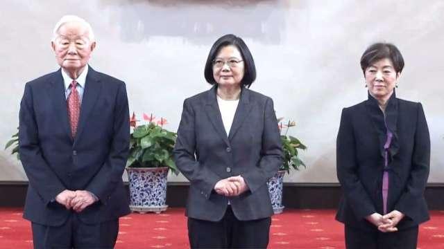 左起台積電創辦人張忠謀、總統蔡英文、張忠謀夫人張淑芬。(圖:取自總統府直播)