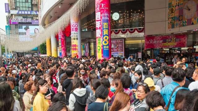 SOGO台北店每年周年慶人潮擠爆。(圖:SOGO提供)