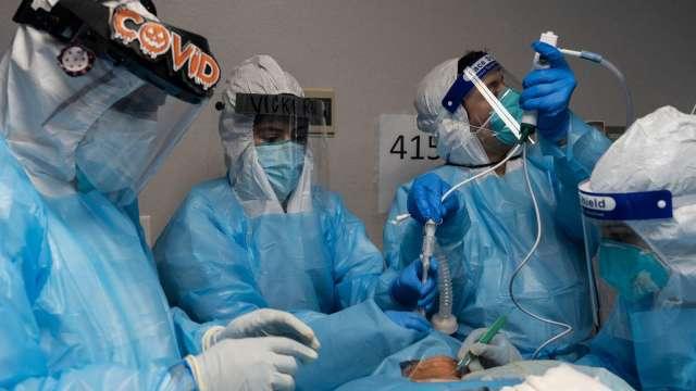 疫情持續升溫 美新冠肺炎病患住院數創下新高 (圖片:AFP)