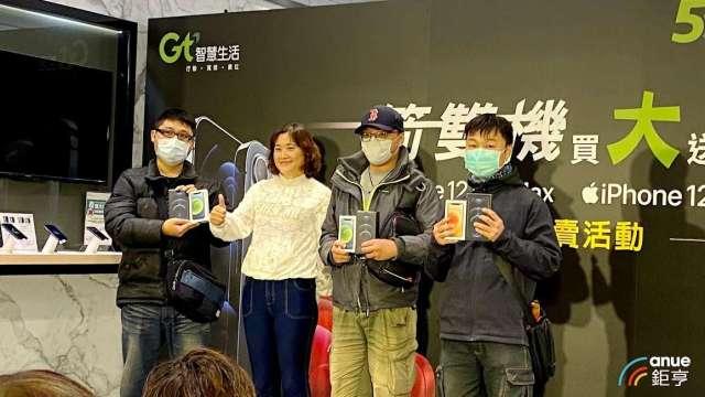 亞太電今日舉行蘋果新機開賣活動。(鉅亨網記者沈筱禎攝)