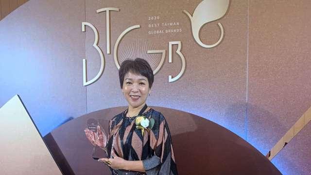 巨大集團獲台灣國際品牌第五名,品牌價值5.62億美元,並由集團品牌長劉素娟代表受獎。(圖:巨大提供)