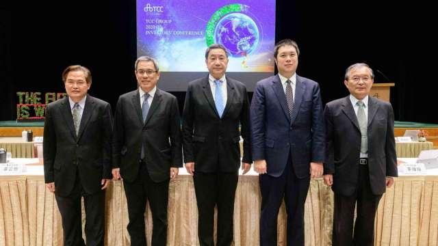 國際中橡董事長辜公怡(右二)、總經理黃柏松(左一)。(圖:台泥提供)