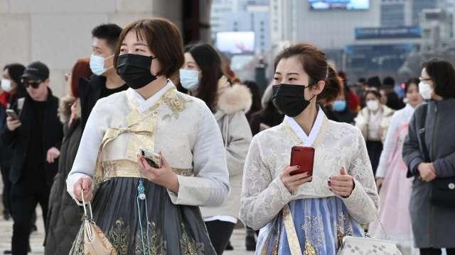 南韓科技大廠接連傳出疫情 首爾地區拉高社交距離層級 (圖片:AFP)
