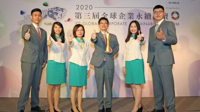 玉山銀行董事長黃男州(右3)帶領玉山第6度榮獲TCSA最高榮譽「台灣十大永續典範企業獎」服務業組第1名殊榮。(圖:玉山金控提供)