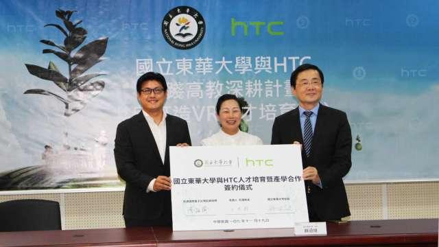 左至右為HTC台灣區總經理陳柏諭、花蓮縣長徐榛蔚及國立東華大學校長趙涵捷。(圖宏達電提供)