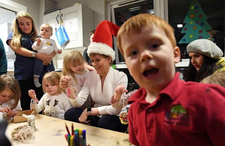 往年人們都會在家中團聚慶祝聖誕節,今年世衛建議外出聚會,保持社交距離。(圖片:AFP)
