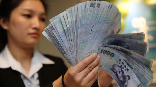 新台幣兌美元匯率今 (20) 日早盤再度挑戰 28.5 元關卡。(圖:AFP)