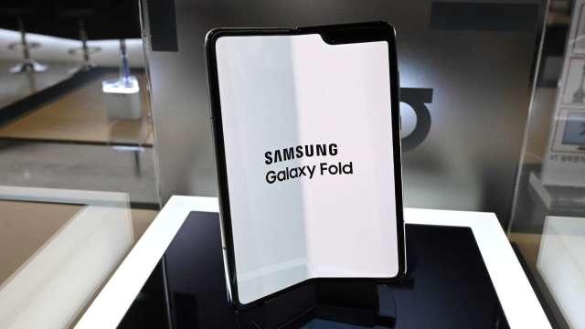 傳三星摺疊機Galaxy Z Fold 3將採UDC技術 實現真正全螢幕手機(圖片:AFP)