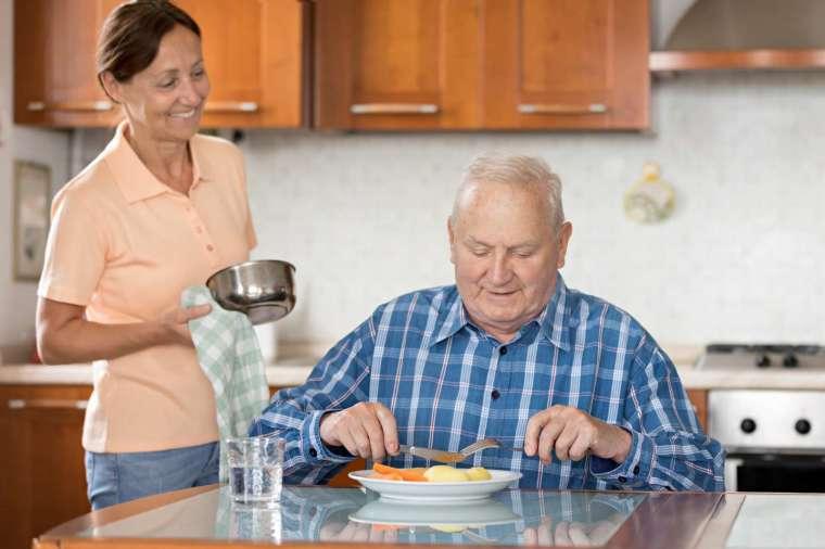 雇用相對低廉的外籍看護,是義大利目前普遍流行的照護選擇。如同目前台灣多以「移工」取代外勞、瑪麗亞稱呼,近年義大利也逐漸改稱 family assistant,不再用有汙名意涵的 badanti。 圖│ iStock