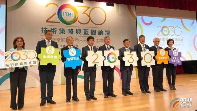 行政院副院長沈榮津(中)表示,面對產業變局政府將著重四大面向布局。(鉅亨網記者劉韋廷攝)
