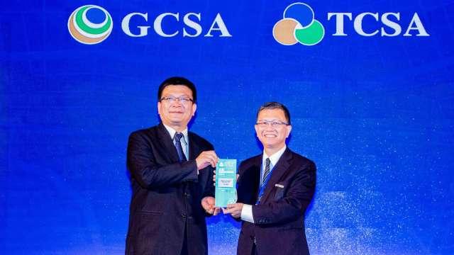 新光銀行榮獲「2020台灣企業永續獎社會共融獎」肯定,由經濟部政務次長曾文生(左)頒發予新光銀行副總經理楊智能(右)。(圖:業者提供)