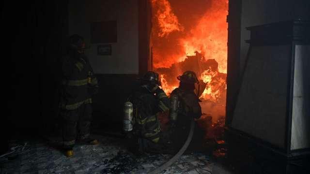 小坪數廚房電器成居家防火潛藏危機 卻不到四成投保住宅火險。(圖:AFP)
