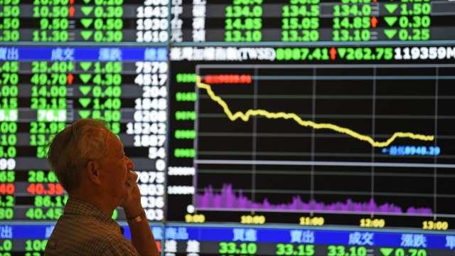 電子權值股無力撐盤 台股下挫68點收13738點失守5日線。(圖:AFP)