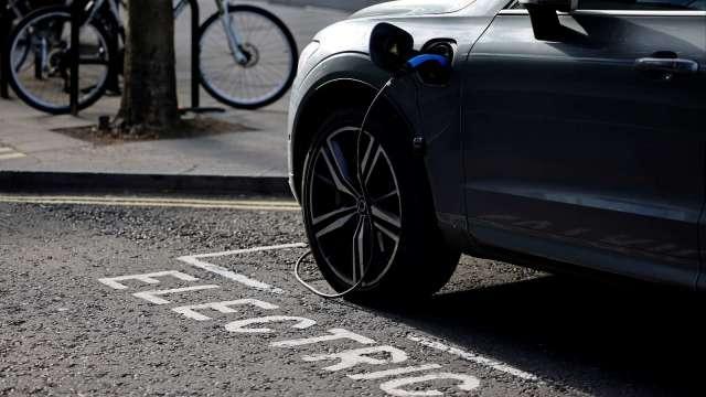 歐盟預期2025年實現電動車電池供應的自給自足(圖片:AFP)