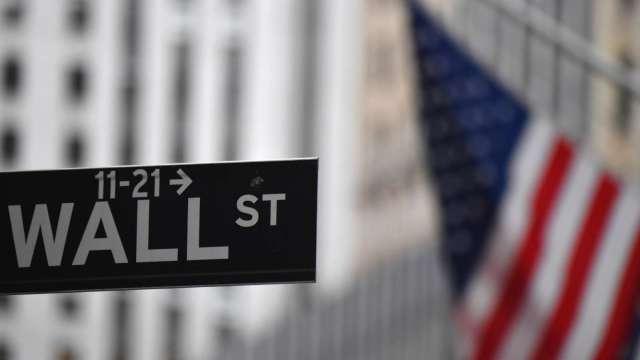 道瓊飆破三萬點後 美股期貨波動(圖片:AFP)