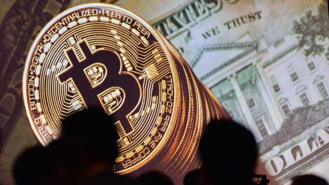 比特幣週四急跌1000美元 失守18000關卡(圖:AFP)