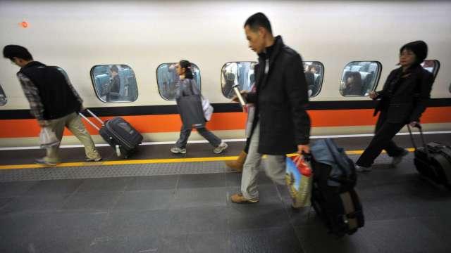 配合秋冬防疫專案 台灣高鐵:12月起進入車站須佩戴口罩。(圖:AFP)