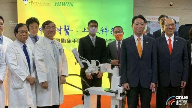 上銀攜手中山附醫 打造首台MIT手術機器人教學場域。(鉅亨網記者林薏茹攝)