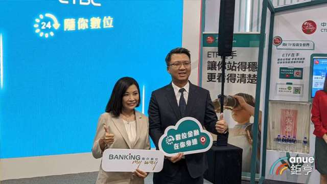 中國信託銀行個人金融副執行長楊淑惠(右)、中國信託金控技術長賈景光(左)。(鉅亨網記者陳蕙綾攝)