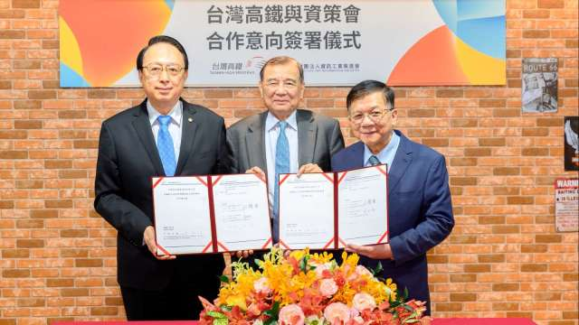 台灣高鐵與資策會合作意向簽署儀式,左為由高鐵董事長江耀宗。(圖:台灣高鐵提供)