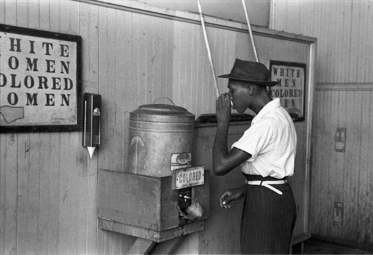 1896 年美國最高法院在「普萊西控訴佛格森案」(Pless v. Ferguson)中判決,「隔離但平等」並沒有違背《美國憲法》第十四條修正案後,確立種族隔離合法化。圖為被標上「colored」供黑人使用的飲水機。 圖│the United States Library