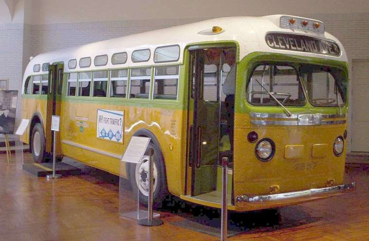 1955 年,羅莎 ‧ 帕克絲(Rosa Louise McCauley Parks)拒絕讓位給白人而被逮,引發「抵制公車運動」。事件發生在週四,週五已印好 5 萬份傳單、安排接駁車,可見這是民權組織籌備縝密的行動,條件俱備、順勢而起。圖為收藏於博物館的第 2857 公車。 圖│Eege Fot vum