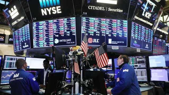 疫情時期股市逢低買股  股票基金平均績效可逾6成。(圖:AFP)