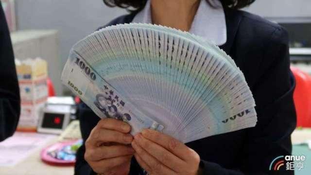 股匯雙漲 台幣升逾3角觸及28.5元 央行堅守天花板。(鉅亨網資料照)