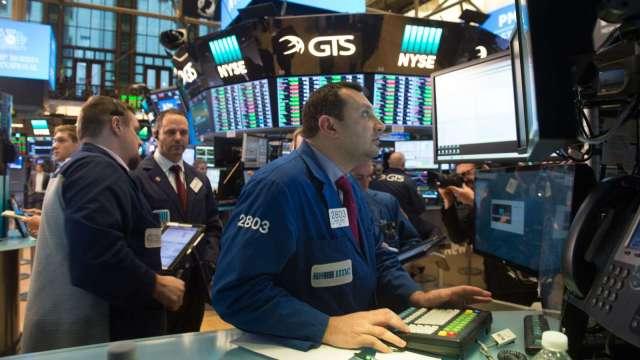 〈美股早盤〉美股漲跌不一 道瓊挫逾200點 仍朝史上最大單月漲幅邁進 (圖:AFP)