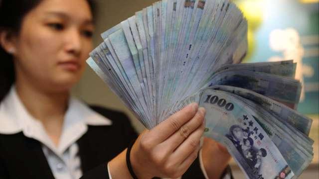 台幣翻貶收28.824元 11月升幅不及韓元居亞幣後段班。(圖:AFP)