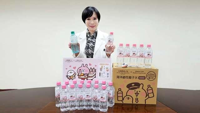 臺鹽公司總經理吳旭慧表示,臺鹽與高鐵合作,推出超人氣聯名Q萌變身的「台鹽海洋鹼性離子水」,成功行銷國際。(圖:臺鹽提供)