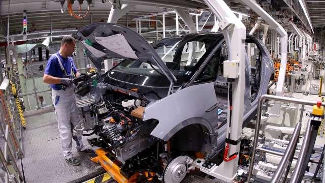 美國11月ISM製造業PMI自2年高點回落至57.5 僱傭指數再陷萎縮 (圖:AFP)