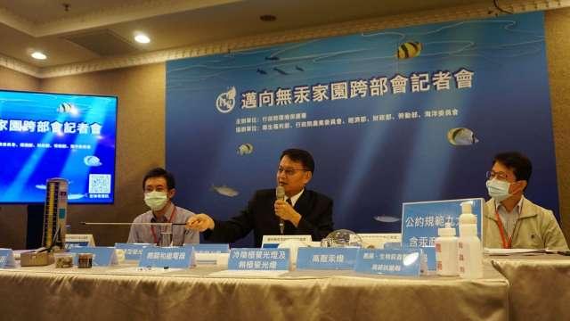 環保署毒物及化學物質局長謝燕儒(中)。(圖:環保署)