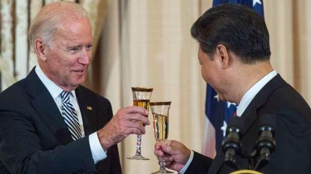 2015 年 9 月習近平 (右) 訪美與時任美國副總統拜登舉杯致意。(圖片:AFP)