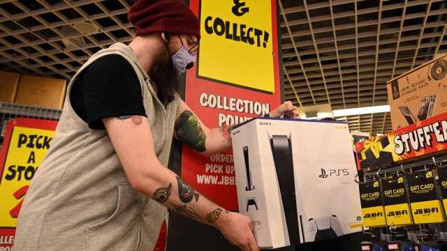 彭博:PS5及Xbox供貨不足 衝擊遊戲軟體銷量 (圖片:AFP)