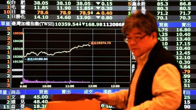 台股萬四曇花一現小跌作收 三大法人賣超76.97億元。(圖:AFP)