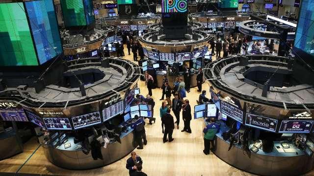美股喜刷盤中新高 麥康奈爾暗示年底前新刺激協議。(圖片:AFP)
