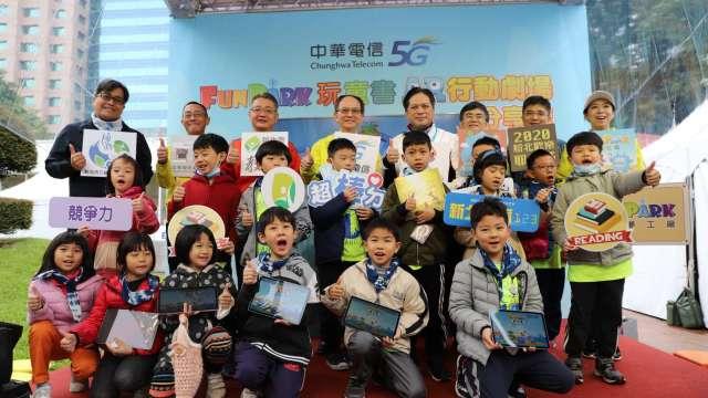 中華電信FunPark故事屋  AR行動劇場舞動新北耶誕城。(圖:中華電提供)