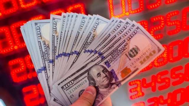 央行阻升新幣台幣大買美元,帶動我外匯存底單月暴增逾百億元。(圖:AFP)