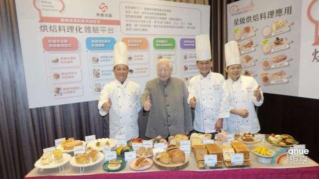 南僑結合麵糰及油脂技術優勢迎合需求並擴大在台烘焙業市占,左二為南僑董事長陳飛龍。(鉅亨網記者張欽發攝)