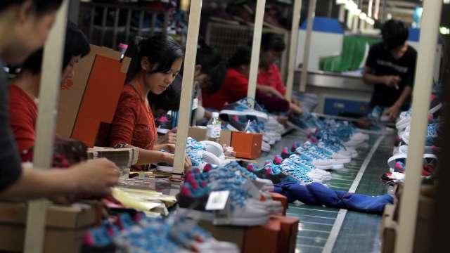 全台無薪假驟降近5成 寶成逾3000員工提前取消。(圖:AFP)