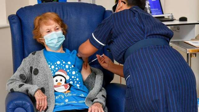 英國啟動輝瑞疫苗接種 90歲婦人成為首名接受者(圖:AFP)