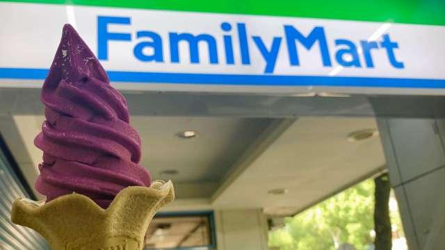 全家觀察今年IG打卡熱潮,帶動霜淇淋變色餅皮成拍照新寵。(圖:全家提供)