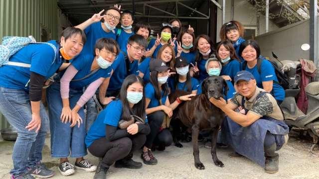 信邦關懷流浪動物,擔任彰化流浪犬志工。(圖:信邦提供)