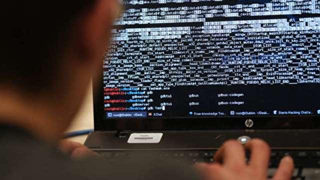 〈觀察〉連電子大廠都被駭客攻擊 銀行業網路資安也是大戰場。(圖:AFP)