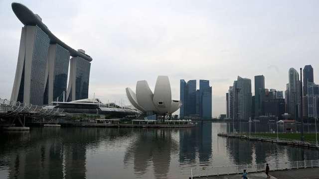 新加坡核准使用輝瑞BioNTech疫苗 首批預計年底到貨開打 (圖:AFP)