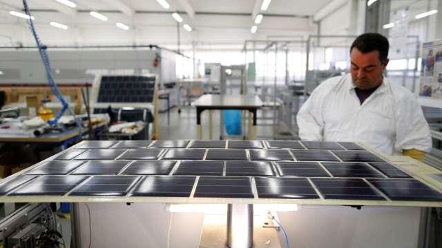 元晶獲120 MW漁電共生太陽能電廠大單 預計明年1月出貨。(圖:AFP)
