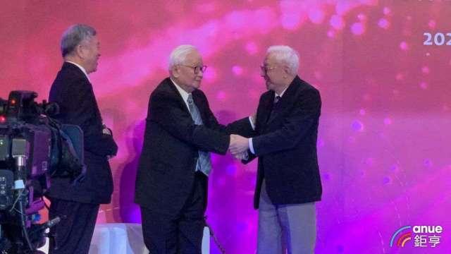 睽違20多年首度破冰,台積電創辦人張忠謀(左)、聯電集團創辦人曹興誠相互握手。(鉅亨網記者林薏茹攝)